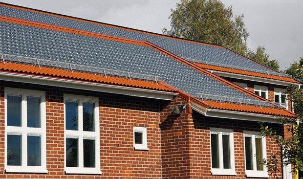 A napelem-cserép töredékére csökkenti a rezsit